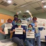 Aus der Quarantäne heraus zeigt der Ehemann von Sängerin Pinksein großes Herz. Motocross-Fahrer Carey Hart hat seine Motorrad-Schutzbrillen einem Radiologie-Team im Krankenhaus geschenkt. Krankenschwester Joanne, der er sie geschickt hat, bedankt sich mit ihren Kollegen überschwänglich auf Instagram.