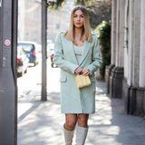 Wieviele Trends passen auf ein Foto? Wir zählen vier an Ann-Kathrin Götze: kniehohe Stiefel, Mini-Bag, ein kastig geschnittener Mantel und die Farbe der Saison, Pistazie.