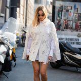 Die Kombi aus weißer Bluse und cremefarbenem Cape setzt die gebräunten Beine der werdenden Mama in Szene. Auf dem Weg zur Show von Ermanno Scervino wird Ann-Kathrin Götzeauf den Straßen Mailands abgelichtet.