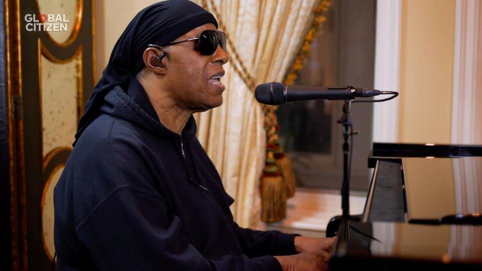 Pop-Sänger Stevie Wonder engagiert sich bereits seit den 1980er Jahren politisch und setzt sich für Menschenrechte ein. Seit 2009 ist der Ausnahmekünstler außerdem Friedensbotschafter der Vereinten Nationen.