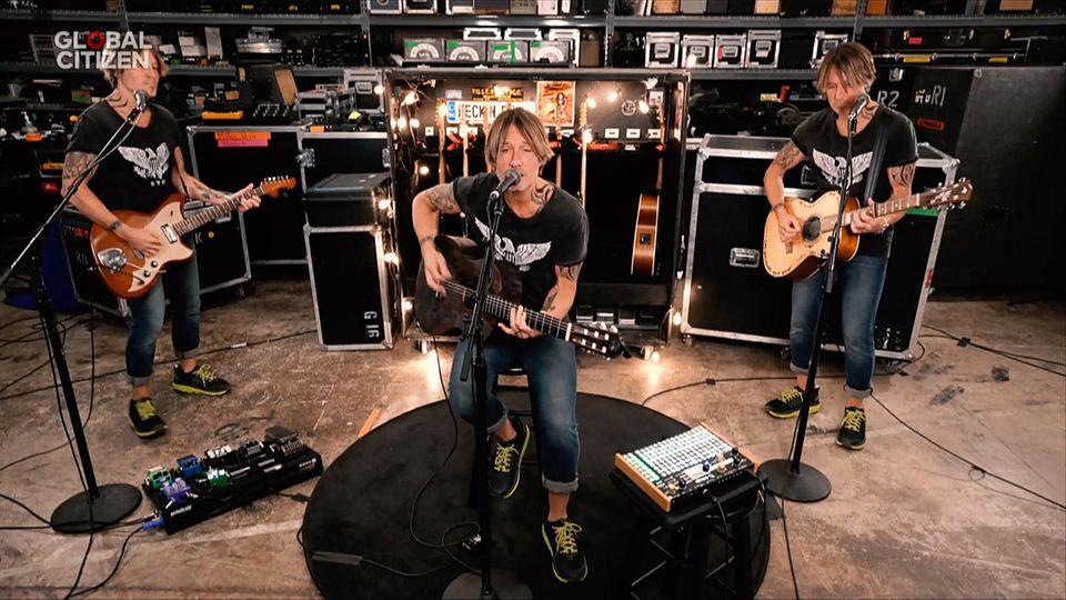 Sänger und Gitarrist Keith Urban ist gleich in dreifacher Ausfertigung zu sehen. Der Ehemann von Nicole Kidman spielt neben einer E-Gitarre auch noch doppelt eine Acoustic Gitarre.