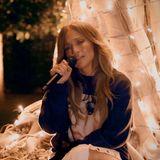 Jennifer López performt nicht aus ihrem Wohnzimmer heraus, sondern singt vor einem kleinen Lichtermeer draußen.