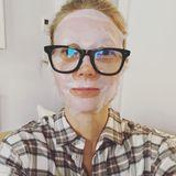 """Samstagabend in Corona-Zeiten: Gesichtsmasken sind das neue Make-up. Das weiß auch Gwyneth Paltrow, die ihre Instagram-Follower mit diesem witzigen Schnappschuss erfreut. """"Swinging Saturday Night"""", schreibt die Schauspielerin zu dem witzigen Schnappschuss."""