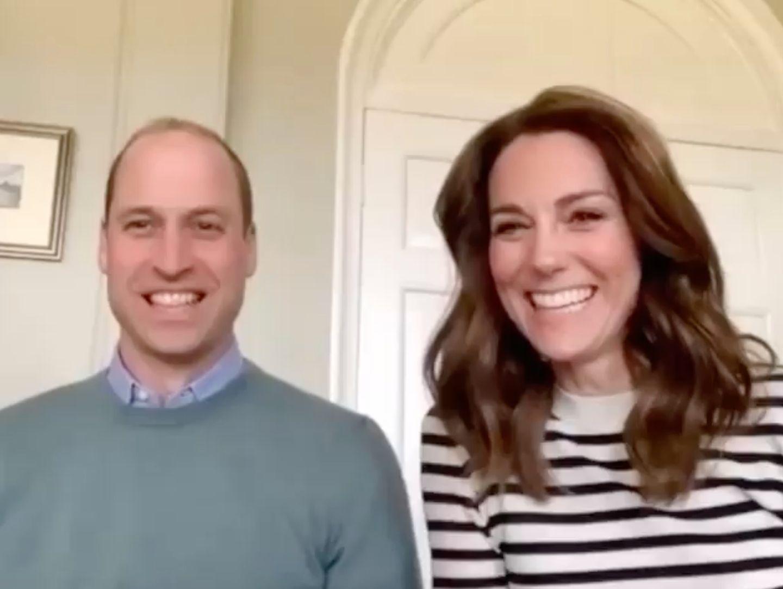 Kate und William melden sich während der andauernden Coronakrise erneut aus dem Homeoffice. In einem Video-Interview mit der BBC zeigen sich die beiden gewohnt gut gelaunt, ihnen ist wichtig zu signalisieren, dass sie - genau wie das Volk - zuhause bleiben und hinter der Arbeit der Pflege- und Krankenhauskräfte stehen. Kate hat ihr brünettes Haar in leichte Wellen gelegt und trägt einen blau-weiß-gestreiften Pullover des Labels JoosTricot für rund 360 Euro.