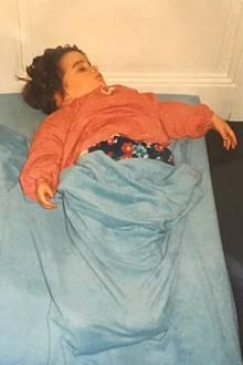 Emma Watson  Am 15. April 2020 feiert Emma Watson ihren 30. Geburtstag und bedankt sich mit diesem wunderbaren Kinderfoto bei allen, die sie immer unterstützt und ihr den Rücken gestärkt haben. Sieht so aus, als würde die kleine Emma so etwas Aufregendes wie einen Silvesterabend verschlummern.