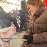 """Schauspielerin Isla Fisher hat einen neuen Freund gefunden - das war allerdings noch vor der Coronaviruskrise. Ihr Kommentar auf Instagram: """"Nicht alle meine Fans riechen toll"""". Dabei sieht das kleine Schweinchen doch ganz sauber aus..."""