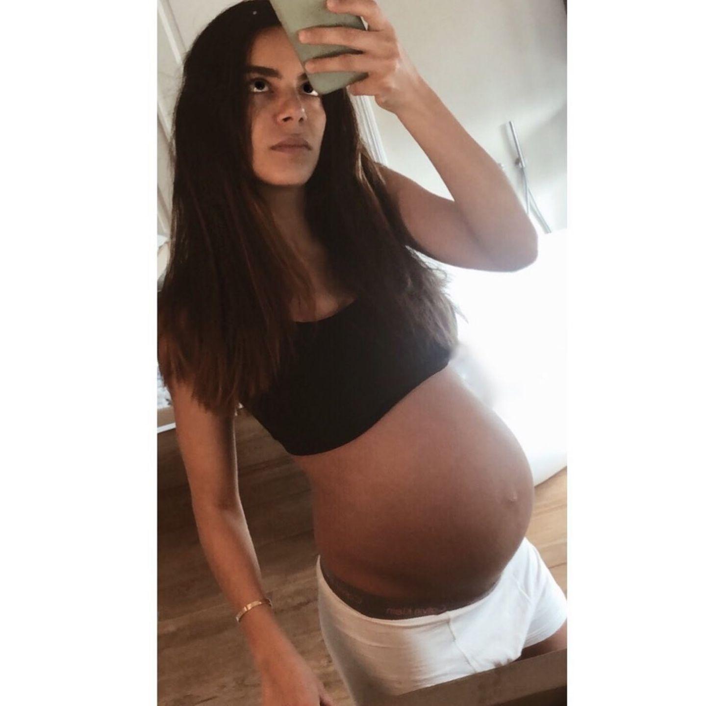 Lilli Adler ist in der 38. Woche schwanger und das sieht man! Die schöne Babykugel der Schauspielerin passt nicht mehr in allzu viele ihrer Kleider - deswegen hat sie sich am Kleiderschrank von Ehemann und Fußballspieler René bedient und kurzerhand sein Shirt und seine Boxershorts angezogen. Steht ihr!