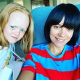 Ganz schön skeptisch, diese junge Dame! Popstar Lily Allen zeigt sich während des Lockdowns nicht nur ungeschminkt auf Instagram, auch ihre ältere Tochter Ethel, 8, wirft einen durchaus kritischen Blick in die Kamera.