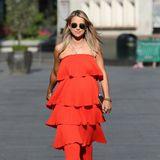 Unter vielen Volant-Schichten versteckt Vogue Williams ihren Babybauch. Das rote Kleid vom Label EssentielAntwerp ist natürlich schon ein Hingucker - dazu kombiniert sie ganz lässig weiße Chucks und …