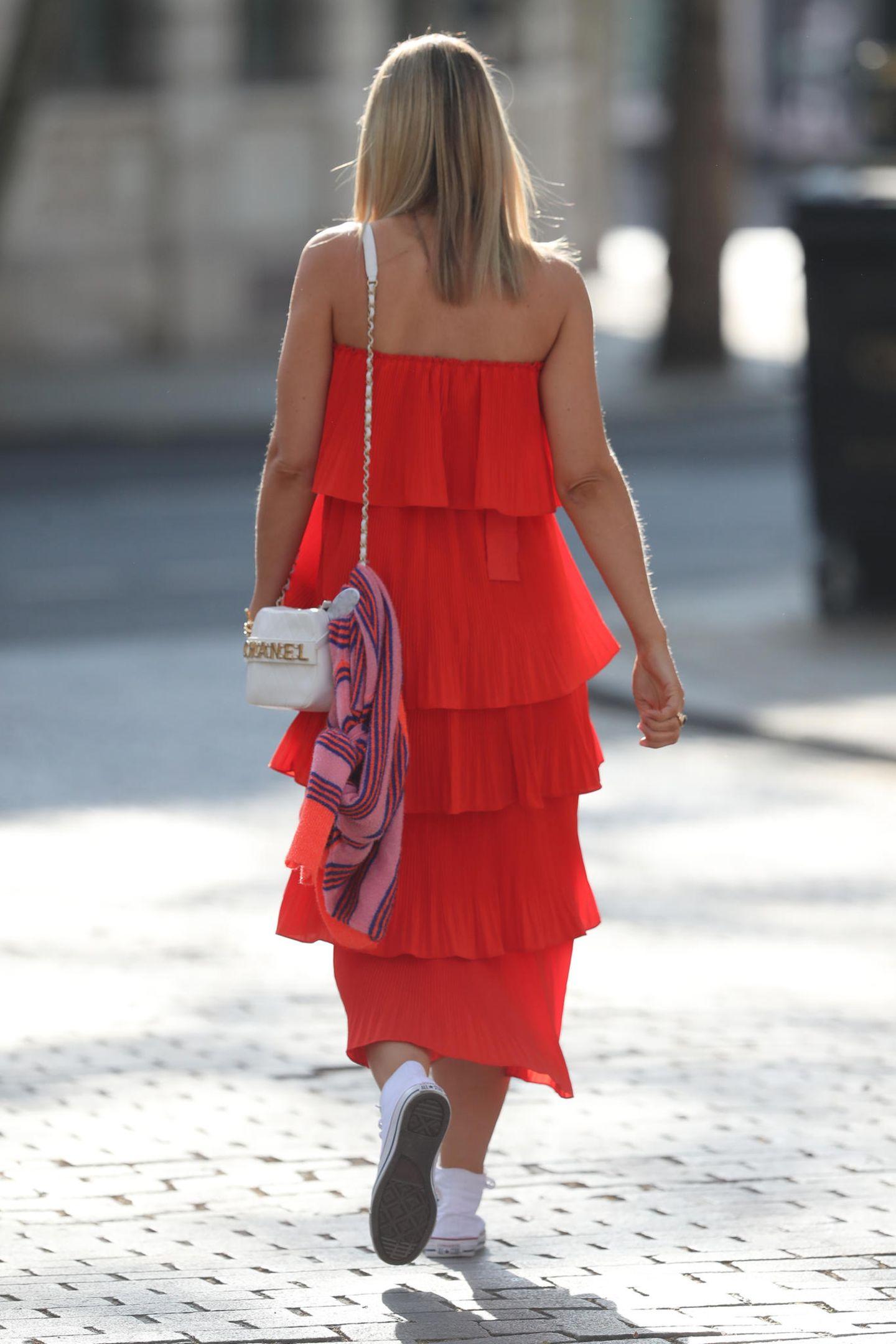 … eine kleine Handtasche von Chanel. Den Trick, Günstig-Styles mit teuren Labels zu mixen, hat sich die Schwägerin von Pippa Middleton vielleicht ja sogar bei den Royals abgeguckt.