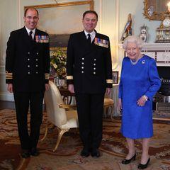 Mitte März 2020 empfängt Queen Elizabeth zwei hochrangige Kommandantender britischen Marine imBuckingham Palace. Neben ihren geliebten halbhohen, schwarzen Pumps trägt sie an diesem Tag eine edle Perlenkette sowie ein royalblaues, schlich geschnittenes Kleid samt Brosche.