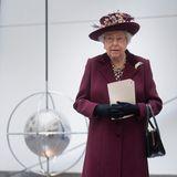 Gestatten: Elizabeth, Queen Elizabeth! Beim Besuch des MI5-Hauptquartiers trägt die britische Monarchin ein bordeauxrotes Ensemble und ungewohnt auffälligen Schmuck.