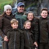 Ein Look für alle Royals: Zusammen mit ihrer ganzen Familie zeigt sich Prinzessin Isabella im August 2018 im olivgrünen, sehr funktionalen Einheitslook bei einem Besuch auf den Faröer Inseln.