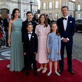 Was für eine attraktive und stilsichere Familie! Farblich perfekt abgestimmt auf die Kleider von Mama Mary und Schwester Josephine trägt auch Isabella im Juni 2019 ein Spitzenkleid in Sorbetfarben.