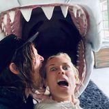 Baaa dam, baaa dam, baaa dam... Diane Kruger und Norman Reedus lassen sich den Spaß in der Coronakrise auf keinen Fall verderben. Schon gar nicht von einem großen weißen Hai.