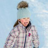 Süße fünf Jahre ist Prinzessin Isabella von Dänemark auf diesem Foto alt. Ihre eisblaue Bommelmütze und der helle Schneeanzug gefallen dem süßen Schneehasen im Skiurlaub in Verbier sichtlich.