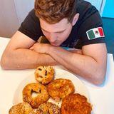 Sänger Michael Bublé alias Baglé kann sich einfach nicht entscheiden, welchen der selbst gebackenen Bagleser zuerst probieren soll.