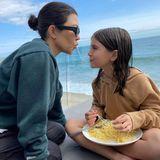 """Kourtney Kardashians Tochter Penelope ist mit einem Teller Spaghetti vollends zufrieden. Und vor schönster Meereskulisse lädt das einfache Pasta-Gericht auch noch dazu ein, mit Mama die romantischeFilmszene aus""""Susi und Strolch"""" nachzuspielen."""