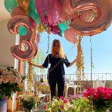 21. April 2020  Auch wenn Palina Rojinski ihren 35. Geburtstag zuhause verbringt, eine bunte Party wird es trotzdem! In einem Meer von Blumen und Ballons bedankt sich die strahlende Moderatorin für all die lieben Glückwünsche, die ihr zuteil werden.