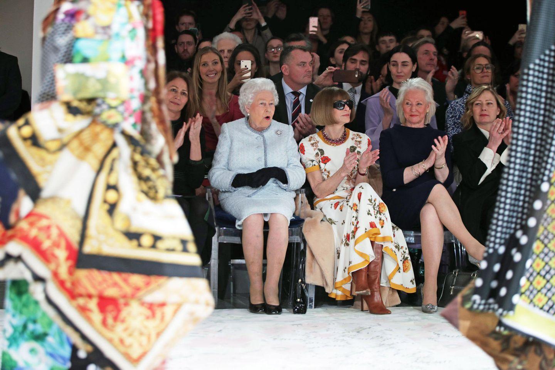 2018 beehren Queen Elizabeth und Anna Wintour die Frontrow der London Fashion Week mit ihrer Anwesenheit.