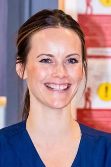 Auf neuesten Fotos aus dem April dieses Jahres ist zu erkennen: Sie hat die Warze entfernen lassen! Viel wichtiger sind jedochdas strahlende Lächeln und die fröhlichen Augen:Sofia hat einen Schnellkurs gemacht und unterstützt während der Coronakrise das Pflegepersonal eines Krankenhauses in Stockholm.