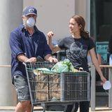 Hollywood-Altstar Mel Gibson und seine junge LebenspartnerinRosalind Ross erledigen zusammen ihre Einkäufe.