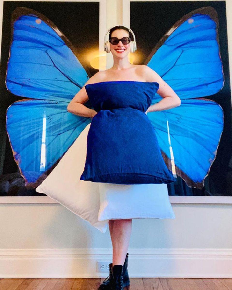 """23. April 2020  Hollywood-Star Anne Hathaway wird bei der neuesten """"Kissen-Challenge"""" richtig kreativ und präsentiert sich als schöner Schmetterling auf Instagram."""
