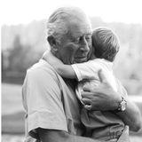 """23. April 2020  """"Herzlichen Glückwunsch an Prinz Louis, der heute zwei Jahre alt wurde.Der junge Prinz genießt eine Umarmung von seinem Großvater, dem Prinzen von Wales"""", heißt es in der Bildunterschrift zu dem niedlichen Foto, das vom Instagram-Account des """"Clarence House"""" geteilt wurde. Aufgenommen wurde das liebevolle Bild von Herzogin Catherine."""