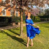 In einem royalblauen Zweiteiler posiert Anna Ermakova in der Natur. Das Model weiß sich in Szene zu setzen und präsentiert ihren Look tanzend und auf Zehenspitzen.