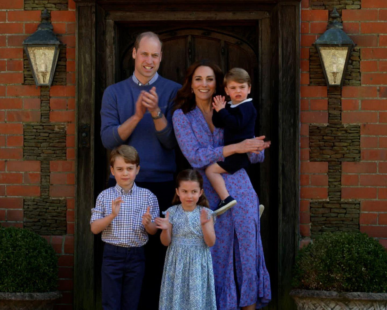 Was für eine Überraschung! Am Abend von Prinz Louis' Geburtstag zeigt sich die ganze Familie vor der Haustür und klatscht für die Mitarbeiter des Gesundheitssystems, der Auftritt wird im Rahmen einer Sondersendung im englischen Fernsehen gezeigt. Auffällig ist dabei besonders die farbliche Harmonie, alle fünf zeigen sich in verschiedenen Blautönen. Kate trägt ein blau-geblümtes Kleid von Ghost, das im Sale momentan 107 Euro kostet.