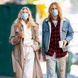 """In Zeiten der Coronakrise müssen selbst Models ihr Gesicht hinter Masken verstecken. So sind """"Victoria's Secret""""-Engel Elsa Hosk und ihr Verlobter Tom Daly auf den Straßen New Yorks fast nicht wiederzuerkennen. Ein stylisches Couple geben sie dennoch ab."""
