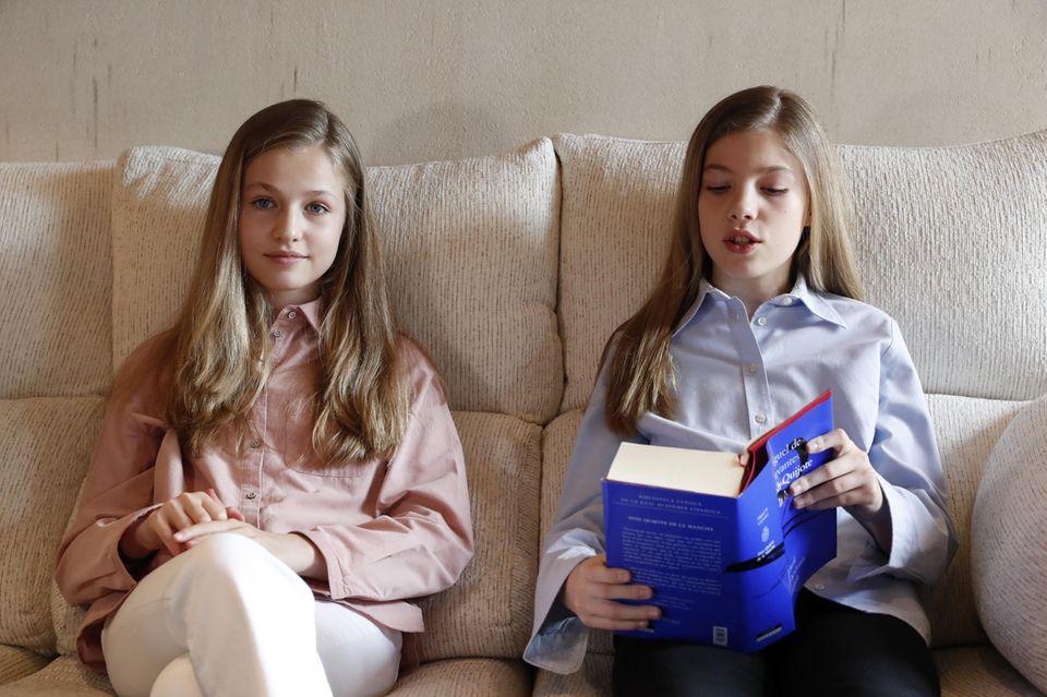 Es ist ein seltener, öffentlicher Auftritt für Prinzessin Leonor und Prinzessin Sofia. Die spanischen Royals lesenin einem Video aus einem Buch vor. Beide tragen lässige Hemden in Pastelltönen. Ein ungewöhnlicher Look, da wir Leonor und Sofia sonst eher in eleganten Kleidern oder Ensembles sehen.