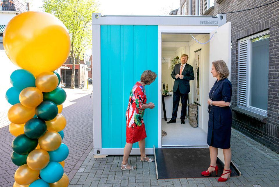 23. April 2020  Auf König Willem-Alexander ist Verlass:Zu Freude der Niederländer hält er auch in Zeiten von Corona weiterhin fleißig seinen Terminplan ein - natürlich mit gebührender Distanz,wie hier beimBesuch im Pflegeheim Lindendael in Hoorn.