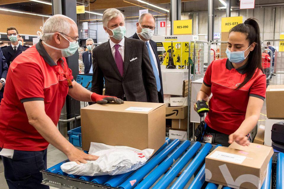 23. April 2020  König Philippe besucht dasVerteilzentrumdes belgischen Postdienstleisters Bpostin Braine L'Alleud, das auchjetzt auf Hochtouren arbeitet.