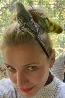 Bei der piept's wohl! Richtig, Cameron Diaz hat nicht nur einen Vogel, sondern gleich zwei süße Piepmätze schmücken das Haupt der Schauspielerin.