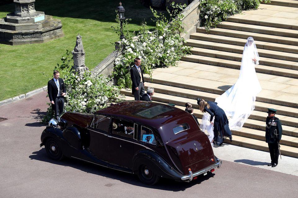 Am Tag der royalen Hochzeit im Mai 2018 richtet Clare Waight-Keller die fünf Meter lange bestickte Schleppe des Brautkleides von Herzogin Meghan.