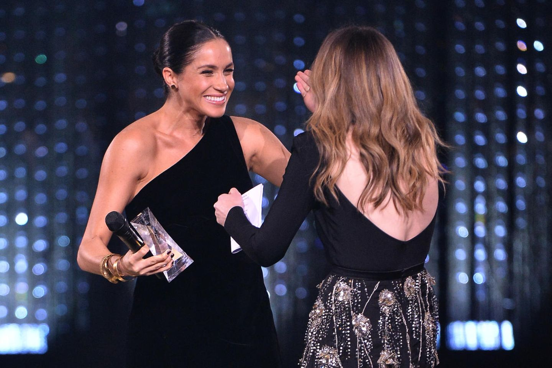 """Aus ihnen sind echte Freundinnen geworden: Meghan überreicht Clare Waight-Keller, der Designerin ihres Brautkleides, den """"Designer of the Year""""-Award."""