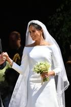 Prinz Harry und Herzogin Meghan strahlen bei ihrer Hochzeit vor der Kirche in Windsor.