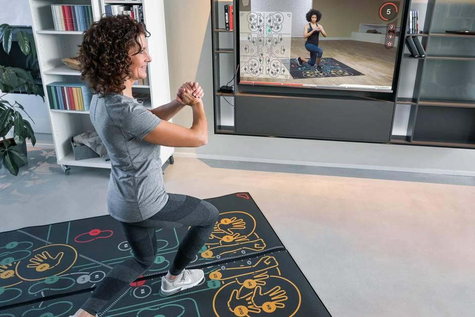 Frau macht Sport auf einer Fitness Matte
