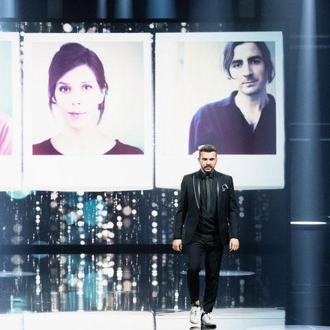 """Nora Fingscheidt (hinten) gewinnt die Lola für die """"Beste Regie"""" in """"Systemsprenger""""; vorne: ModeratorEdin Hasanovic."""