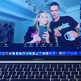Sarah Michelle Gellar und ihr Mann Freddie Prinze Jr. checken noch mal, ob sie für einen Videochat auch gut aussehen.