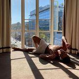 Model Jon Kortajarena macht mit sexy Sonnengrüßen aus seinem Hotelzimmer am Sunset Boulevard mal wieder seine Instagram-Fans wuschig.