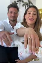 Komplett in Weiß und über beide Ohren strahlend halten Angelina und Sebastian Pannek ihre Eheringe in die Kamera. Das Paar hat sich vor wenigen Tagen still und heimlich das Ja-Wort gegebenen. Nun verraten sie erste Details über die Hochzeit in ihrer Instagram-Story.