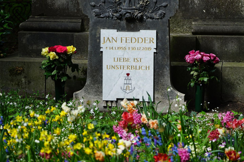 Die letzte Ruhestätte von Schauspieler Jan Fedder hat nun einen Grabstein.
