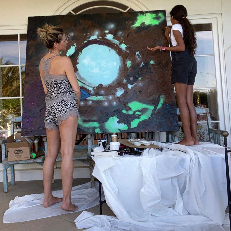 Heidi Klum und Tochter Lou nutzen ihre Zeit in Quarantäne, um eine künstlerische Interpretation der Covid-19-Krise auf die Leinwand zu zaubern. Und das abstrakte Ergebnis ist ziemlich beeindruckend!