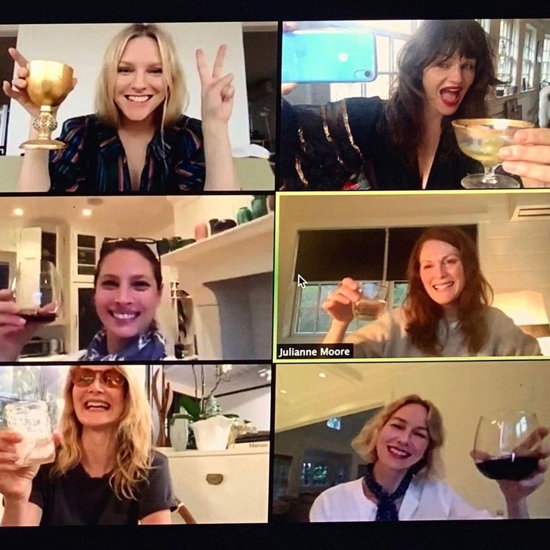 Ladies Night in Quarantäne! Und was für eine illustre Runde Naomi Watts da auf ihrem Bildschirm versammelt hat: Instyle-Chefredakteurin Laura Brown, die Supermodels Helena Christensen und Christy Turlington, Julianne Moore, Laura Dern und die Gastgeberin genießen ihre Drinks gemeinsam und mit sichtlich viel Spaß.