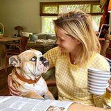 Hundeglück am frühen Morgen: Reese Witherspoon und ihre blauäugige Bulldogge Lou teilen diesen süßen Moment mit ihren Instagram-Fans.