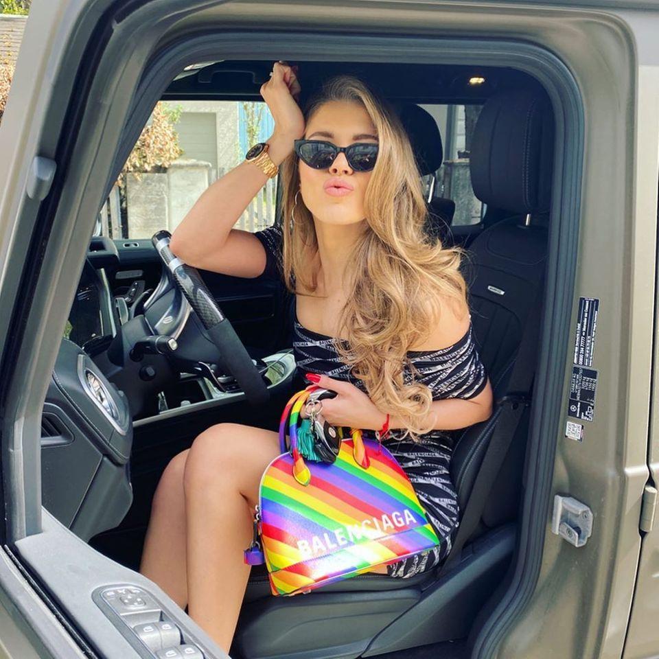 Victoria Swarovski hat ein Faible für Mode - und für Taschen. Ihre jüngste Errungenschaft in Regenbogenfarben stammt aus dem Designerhaus Balenciaga und ist ein kleines Vermögen wert. Rund 1250 Euro muss man für die Tasche, die derzeit jedoch ausverkauft ist, aufbringen.