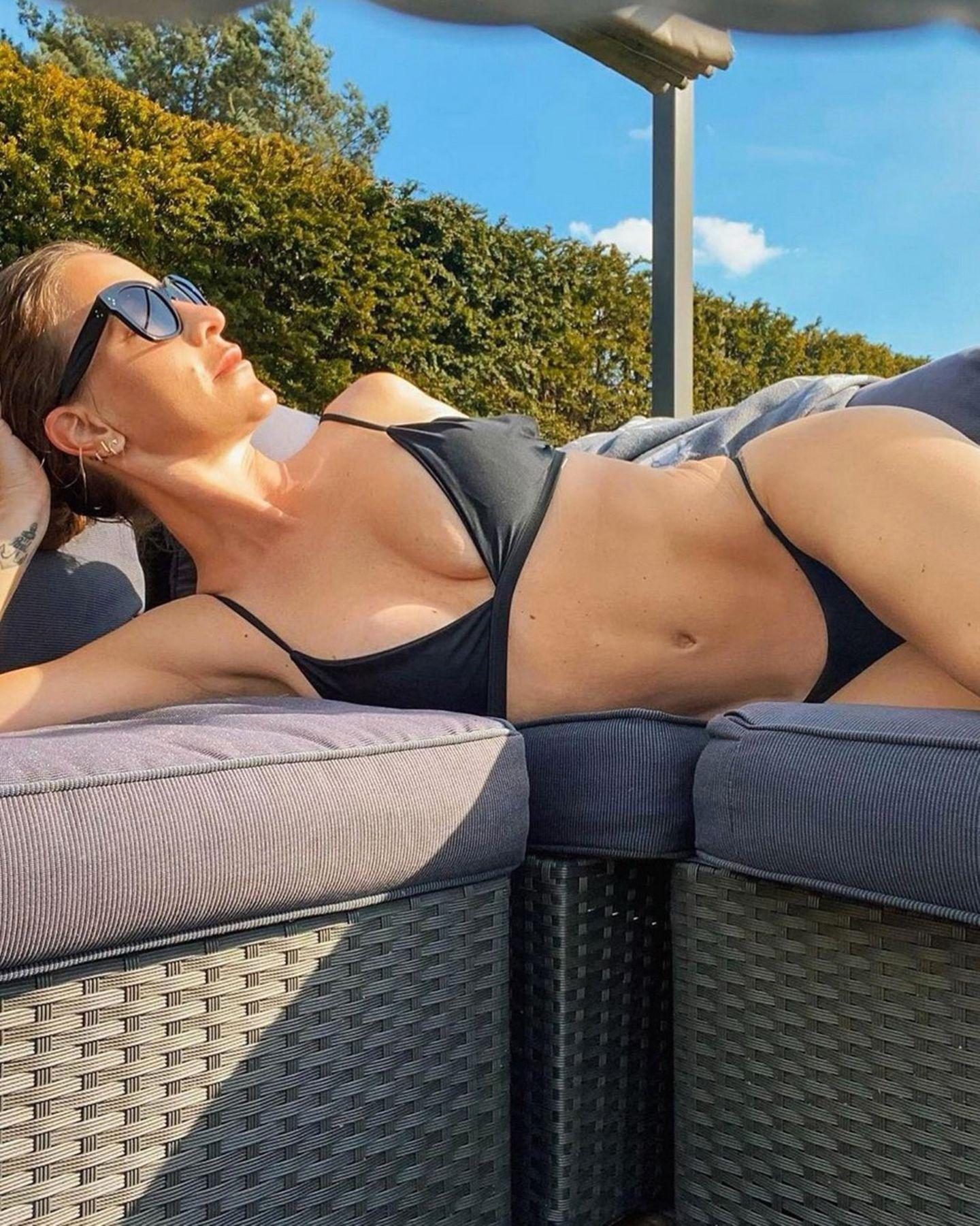Charlotte Würdig urlaubt in ihrem Garten und zeigt sich dabei von ihrer besten Seite. Ihren perfekt trainiert Körper setzt die 41-Jährigein einem knappen, schwarzen Bikini in Szene. Von ihren Followern erntet sie unzählige Komplimente. Was ihr (Noch-)Ehemann Sido wohl dazu sagt?