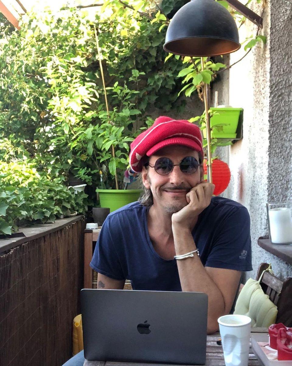 26. April 2020  Schauspieler und Autor Max von Thun genießt den Sonntag auf seinem Balkon. Im Homeoffice schreibt er an einem Kinderbuch und lässt sich von der Natur inspirieren. Vielleicht hilft ja auch die Denker-Mütze ein wenig?